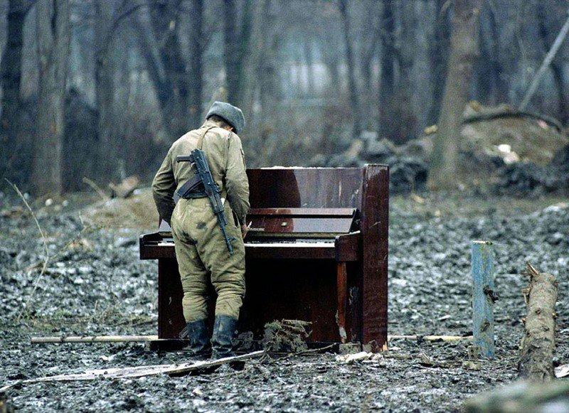 Русский солдат играет на пианино в Чечне в 1994 г