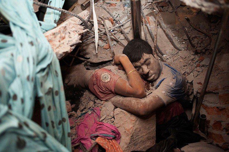 Пара умерла в объятиях под обломками здания