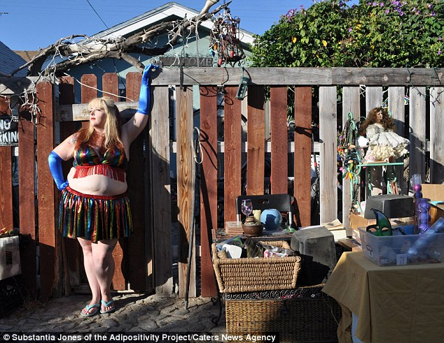 3af3891600000578-3993448-one_model_proudly_displays_her_curves_at_a_yard_sale_in_los_ange-a-18_1480690846554