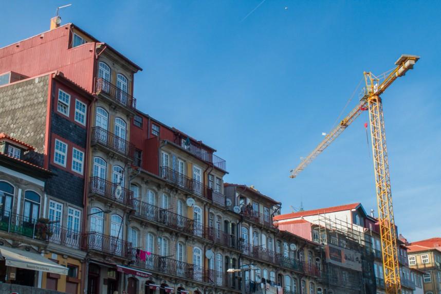 immeubles colorés avec une grue