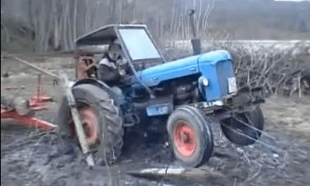 Así sacan en Suecia un tractor atascado en el barro