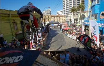 La locura de descender en bici por Valparaíso Cerro Abajo