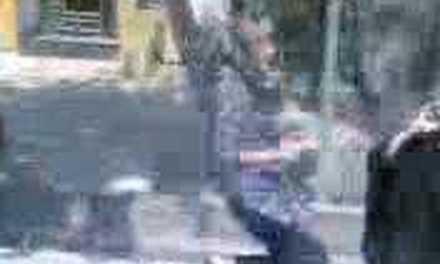 Una mujer le da una paliza a un clérigo iraní que le pidió que se pusiera bien el velo