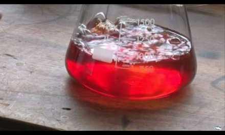 Experimentos químicos con líquidos de colores reversibles