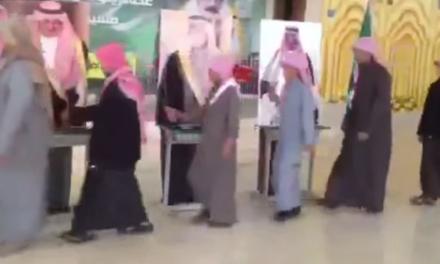 WTF del año: Así dan la mano a la familia real Saudí