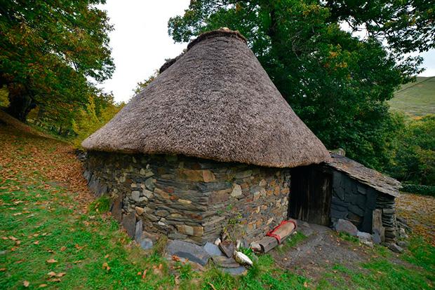 El exterior de la palloza de Pereda de Ancares con su planta circular y techo de paja / Foto de Quinito-elbierzonoticias.com