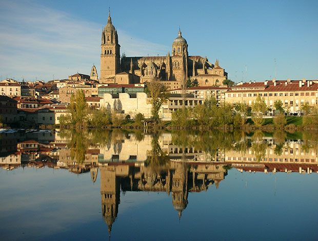 Catedral de Salamanca desde el río Tormes
