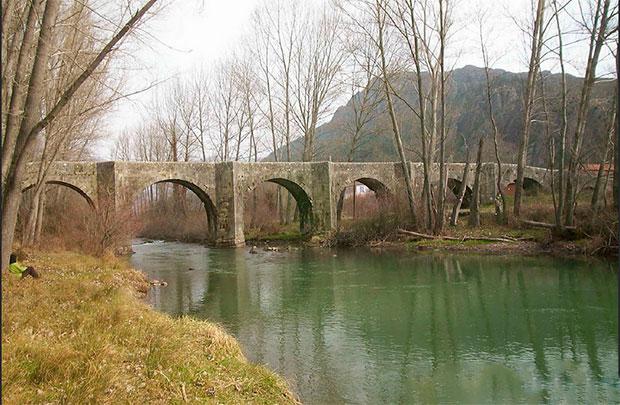 Puente Viejo de Boñar sobre el río Porma / Foto de Rosa y Rafa
