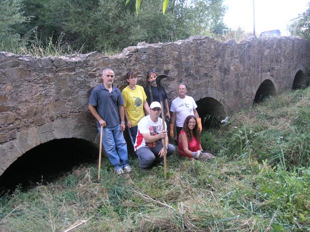 Socios de El Embrujo de la Valduerna frente al puente romano de la Vía de la Plata o Vía Balata de Palacios