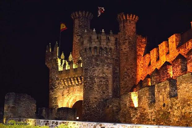 Visión nocturna del Castillo de los templarios de Ponferrada / Noelia Perrino
