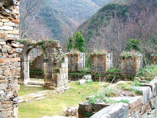 Monasterio de San Pedro de Montes de Valdueza, en el Valle del Silencio