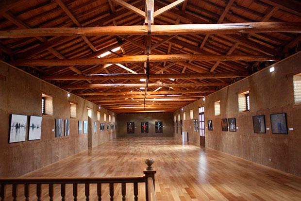 """Una de las salas del MIHACALE, con algunas de las obras de la exposición """"No lugares, no personas"""""""