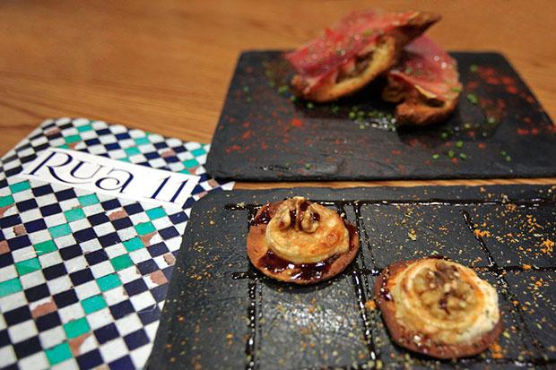 Croissant de jamón, setas y alioli y el Queso de cabra con cebolla, nuez y caramelo del Rua 11
