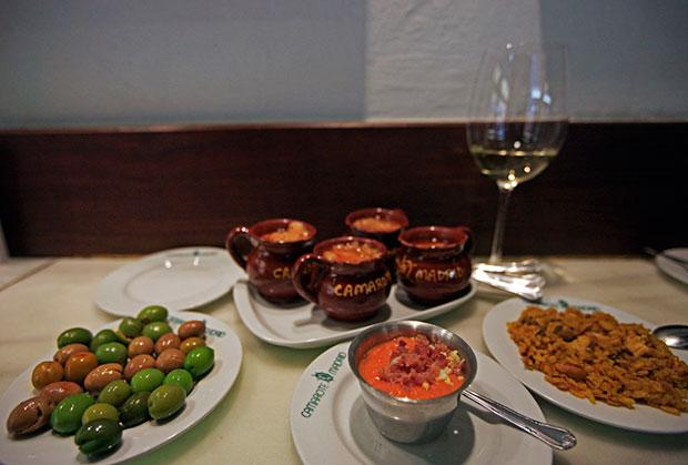 Salmorejo, la Paella, las Sopas de ajo y las Aceitunas de tres tipos de Camarote Madrid