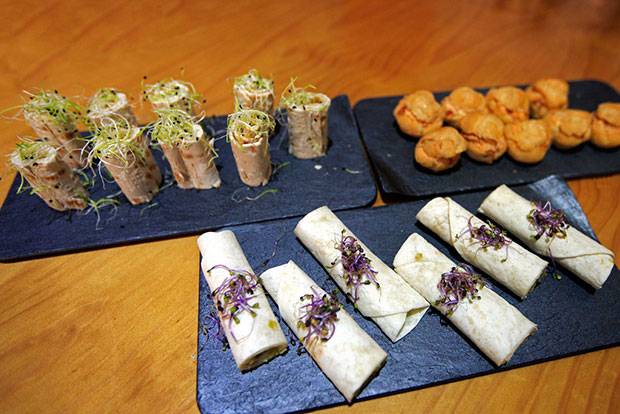 Rollo de queso de Valdeón con membrillo, Profiteroles de tomate con queso o la Fajita vegetal picante de La Jouja