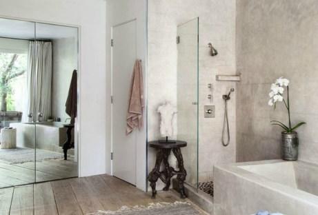 Στο κυρίως μπάνιο επικρατεί η μίνιμαλ διακόσμηση