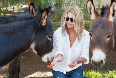 Η πρώην γυναίκα του ηθοποιού ταΐζει τα γαϊδουράκια
