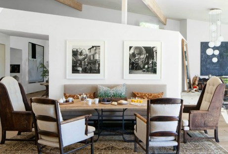 Η τραπεζαρία αποτελείται από χαμηλό τραπέζι και όμορφες καρέκλες
