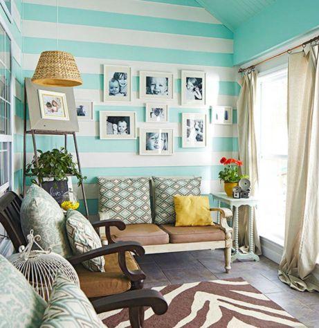 Οι θαλασσί-λευκές ρίγες ταιριάζουν υπέροχα στο σαλόνι του σπιτιού.