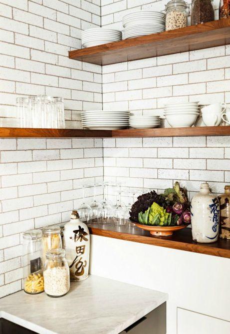 Τα ανοιχτά ράφια δείχνουν πολύ όμορφα σε κάθε κουζίνα.