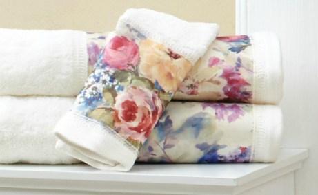 Ανανεώστε το μπάνιο σας βάζοντας άλλες πετσέτες με περισσότερο χρώμα και σχέδια.