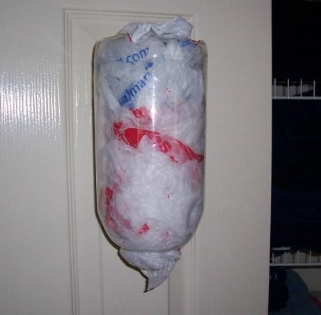 Φτιάξτε μια θήκη για τις πλαστικές σακούλες.