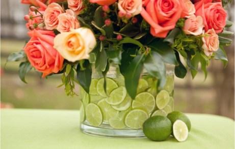 Μερικά λάιμ ή φέτες λεμονιού θα δώσουν ακόμα περισσότερο στιλ στο βάζο με τα λουλούδια σας.