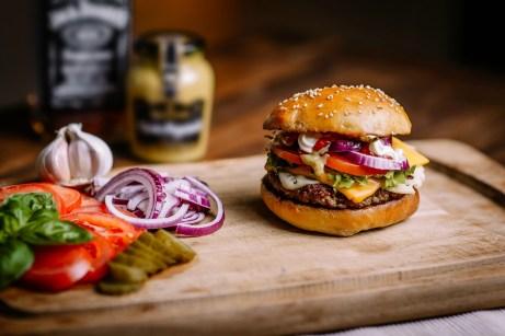 Μπορείτε που και που να φτιάξετε μερικά από τα αγαπημένα σας πιάτα fast food μόνοι στο σπίτι σας. Απλά σημειώστε τα υλικά που βάζουν και φτιάξτε το αγαπημένο σας burger μόνοι σας. Έτσι θα είστε 100% σίγουροι πως αυτό που τρώτε είναι φρέσκο.