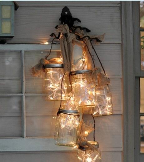 Φτιάξτε αυτοσχέδιο πολυέλαιο βεράντας με βαζάκια, φωτάκια και σχοινί.