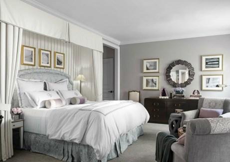 Οι μεταλλικές διακοσμητικές λεπτομέρειες ταιριάζουν πολύ σε δωμάτια μα ασημί τοίχους.