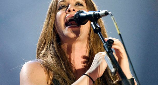 Alanis during a live concert in Barcelona, June 2008/Wikipedia photo by livepict.com