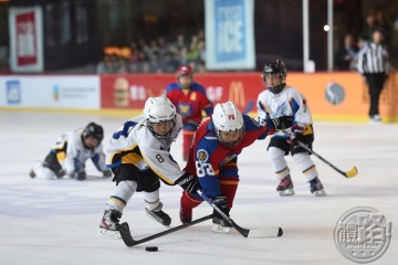 megaice_Atom A Champion Feiyang Eagles A (white) racing for possession_icehockey_150503