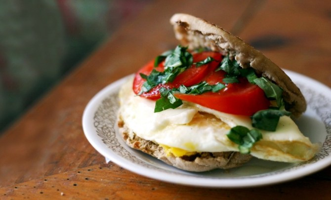 caprese-egg-sandwich-breakfast-tomato-basil-fresh-english-muffin-low-calorie-quick-health-spry
