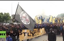 Украјински нацисти марширали по Кијеву и палили димне бомбе (видео)