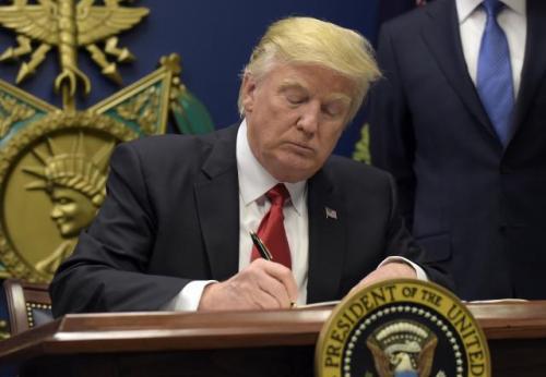 Доналд Трамп потписује