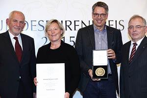Eckhard Engert (l.), Ministerialdirigent im Bundesministerium für Ernährung und Landwirtschaft, übergab zusammen mit DLG-Vizepräsident Prof. Dr. Achim Stiebing (r.) Urkunde und Medaille an Stefanie und Peter Klöckner.  (Foto: DLG)