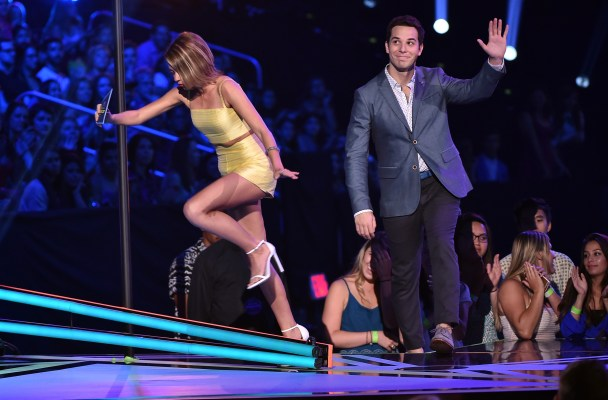 LOS ANGELES, CA - AUGUST 16:  Actors Sarah Hyland (L) and Skylar Astin speaks onstage during the Teen Choice Awards 2015 at the USC Galen Center on August 16, 2015 in Los Angeles, California.  (Photo by Kevin Winter/Getty Images)