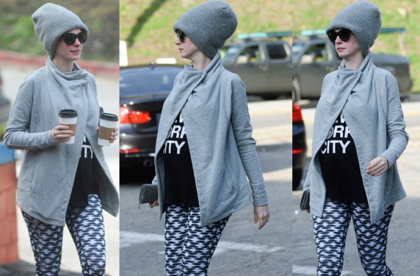 anne-hathaway-pregnant-shows-baby-bump-during-coffee-run-pp