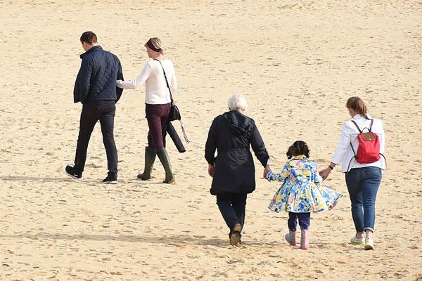 taylor-swift-tom-hiddleston-mom-england-hiddleswift-pics-4