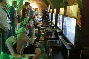 xbox-gamescom-fanfest-2015-fans-playing-rainbow-six-siege-2-jpg1
