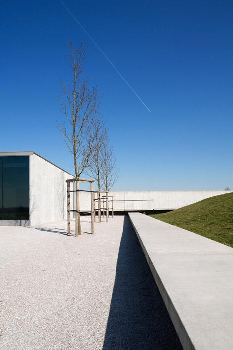 Tyne-Cote-Cemetry-entrance-pavillion-by-Govaert-and-Vanhoutte-architectuurburo_dezeen_468_1
