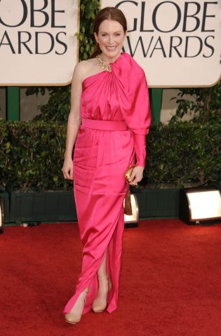 7ici Golden Globes: Julianne Moore Striking In Hot Pink %tag