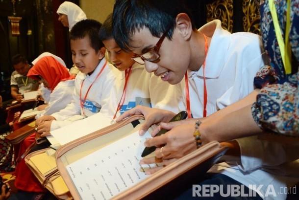 Anak-anak tuna netra mencoba membaca Alquran digital indek braille yang baru didapatkannya, dari Yayasan Baitul Al Khairiyah yang bekerjasama dengan Kuwait Internasional Bank Al Dawli via International Islamic Charitable Organization, di The Trans Luxury H