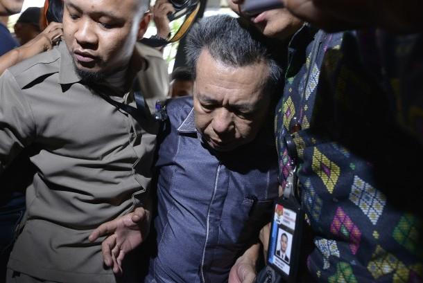 Ketua Pengadilan Negeri Kepahiang, Bengkulu berinisial JP tiba di gedung KPK setelah dipindahkan dari Bengkulu, Jakarta, Selasa (24/5).