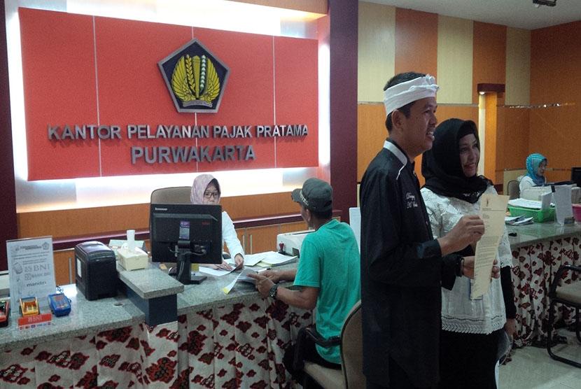 Bupati Dedi di kantor pajak Purwakarta.