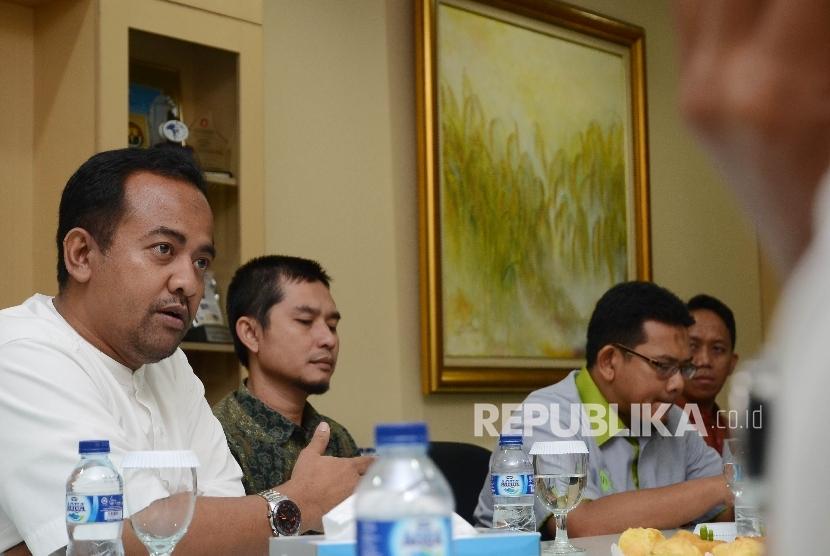 Direktur Utama Inisiatif Zakat Indonesia (IZI) Wildhan Dewayana (kiri) didampingi General Manager Cecep Muh.Ismail (tengah) dan Direktur Edukasi & Kemitraan Zakat Rully Barlian Thamrin (kanan) berbicara saat bersilaturahim ke harian Republika di Jakarta, R