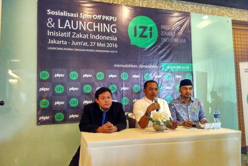 Direktur Utama IZI Wildhan Dewayanan (tengah) dan Presiden Direktur PKPU Agung Notowiguno (kiri) dalam Grand Launching Spin Off IZI di Jakarta, Jumat (27/5)
