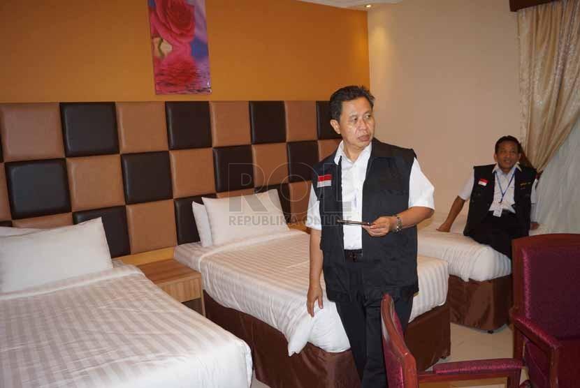 Dirjen Penyelenggara Haji dan Umrah (PHU) Kemenag, Abdul Djamil (kiri) didampingi Kepala Pusat Informasi dan Humas Kemenag, Zubaidi, meninjau kamar di Hotel Diwan Al Aseel di Jeddah, Arab Saudi, Ahad (21/9)