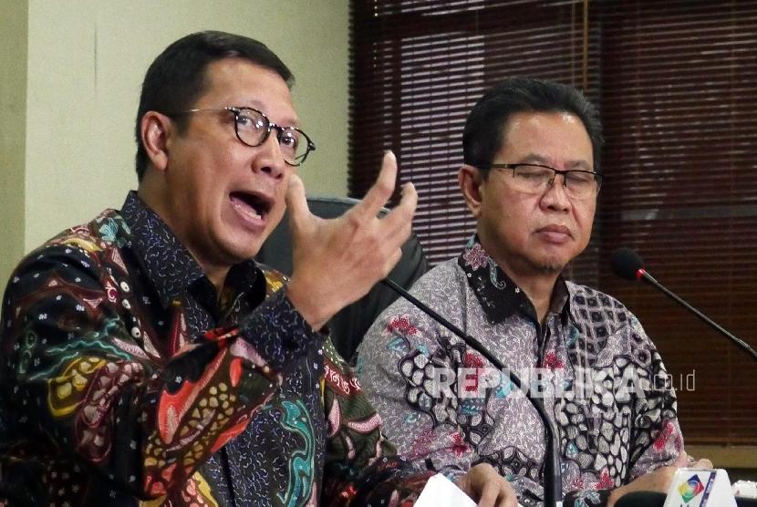 Menteri Agama Lukman Hakim Saifuddin (kiri) didampingi Dirjen Penyelenggara Haji dan Umroh Abdul Djamil, saat konferensi pers biaya penyelenggaraan ibadah haji (BPIH) reguler tahun 1437 H / 2016 M, di Jakarta, Selasa (17/5).(Republika/Darmawan)