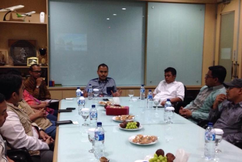 Pemimpin redaksi Republika Irfan Junaidi (tengah) bersilaturahim dengan Forum Organisasi Zakat di Republika, Jakarta, Jumat (19/8)